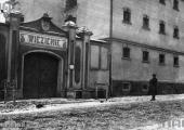 Fragment budynku więziennego z bramą wejściową; źródło: dawnypiotrkow.pl