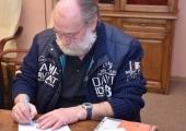 Menadżer zespołu OMEGA podpisuje umowę koncertową.