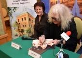 Wiceprzewodniczący Rady Miasta Bronisław Brylski na konferencją prasową przyniósł płytę zespołu OMEGA, na której lider kapeli złożył autograf.
