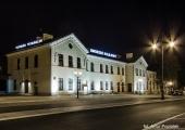 Widok na budynek dworca nocą.