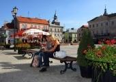 Mieszkańcy miasta w Rynku Trybunalskim.